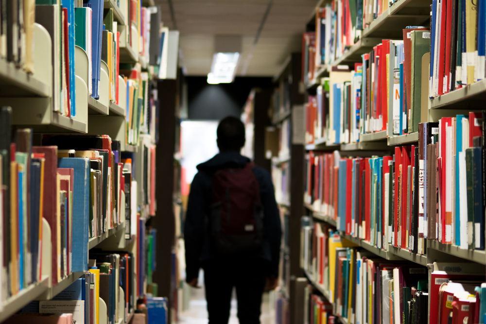Bibliotek med mange bøker